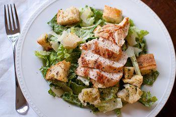 Салат из латука, гренок, мяса