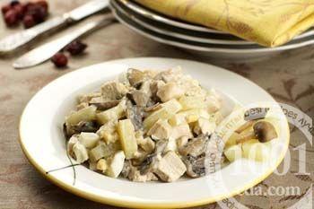 Салат с ананасами, грибами и маслинами