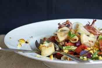 Салат с кальмарами, огурцами и кукурузой