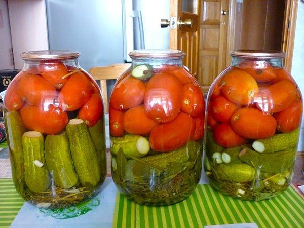 Простой рецепт мариновать огурцы с помидорами